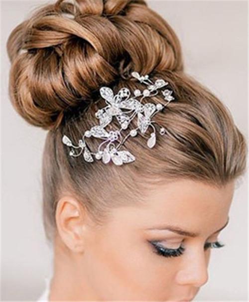 欧式新娘造型,绝美的帽饰加上唯美的鲜花,不知该怎么描绘你的美,但婚礼当天你就是最美的新娘。每个女生都希望自己在婚礼那天是全世界最美的新娘,那么就必须注意新娘的妆容的打造。欧式复古高贵的新娘发型成为了当下很多准新娘的最爱。  一、唯美面纱新娘发型 时尚指数: 这款欧式复古新娘发型最大的特点就是那张神秘的半遮面纱,让新娘看起来气场十足。